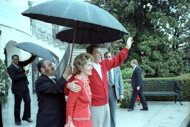 Reagans_wave_after_returning_from_WH_1981